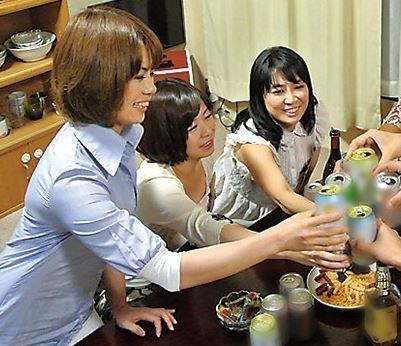 (ヒトヅマムービー)すけべなヒトヅマが集まって酒宴が盛り上がれば、あっという間にSEXパーティーのはじまりだ☆
