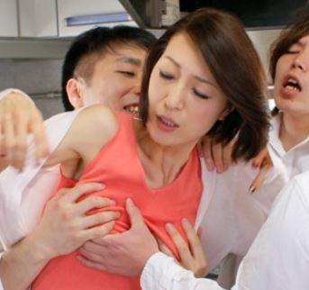 (ヒトヅマムービー)(熟母)熟れた膣内内蜜が思春期の男達の肉便器とされてしまう…