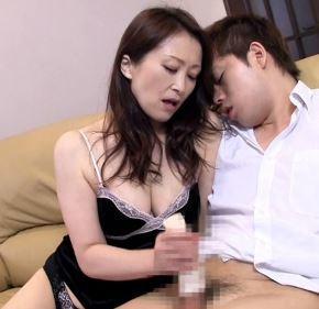 【人妻動画】溺愛するムスコを熟練のテクと完熟した膣内で包み込む熟母さん