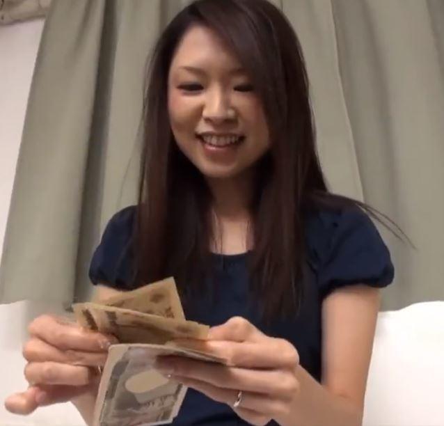 【人妻動画】《ヒトヅマキャッチ》現ナマ謝礼に釣られたシロウトヨメさんが大胆に乱れ狂う