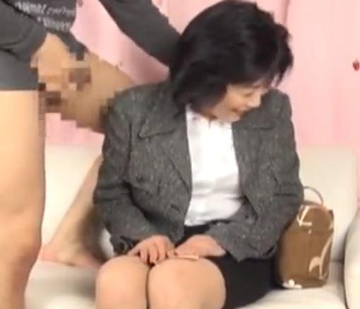 【人妻動画】《人妻キャッチ》仕事の鬱憤をチンチンで解消します☆元気で大きな肉棒に大きなイキ声を出してイキまくる…