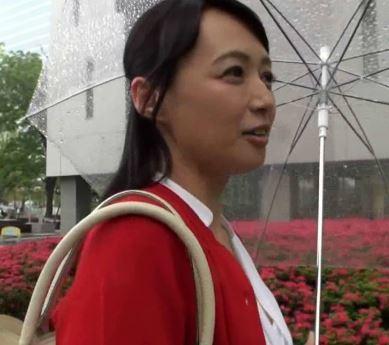 (ヒトヅマムービー)50代の美魔女さんに人生初のドウテイくん筆おろし体験をして頂きました…安野由美