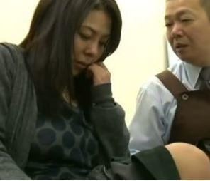【人妻動画】《へンリー塚本》アルバイト面談で店長に挑発され絶倫のチンチンが病み付きになってしまった人妻