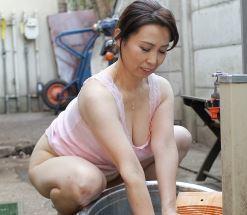 【巨乳熟女】母の艶かしい裸体に興奮する息子と背徳セックス