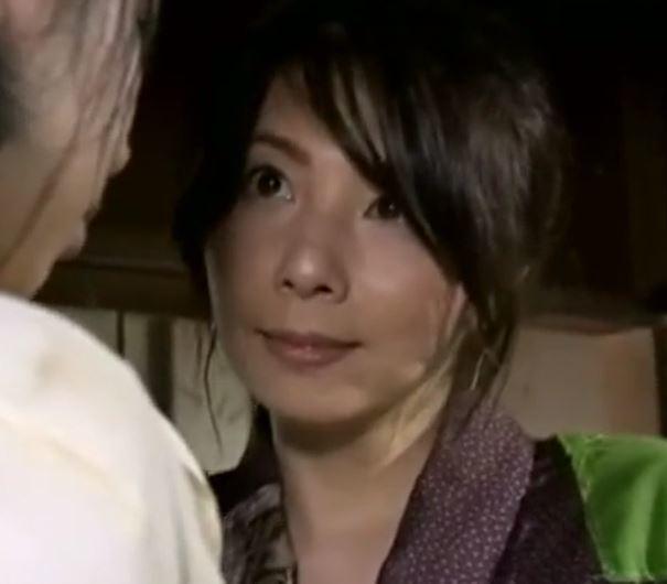(ヒトヅマムービー)《へンリー塚本》熟れた母が小小娘の若いカラダに嫉妬して奪いあう