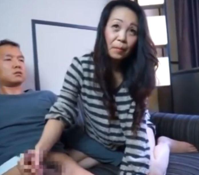 【人妻動画】《自慰観賞》あぁ凄い徐々に膣内が疼きだしてくるオバサンがは暴走☆