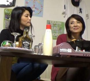 【人妻動画】《おばさま企画》和気あいあいと一緒に飲むと酒の力もあってハメを外していく大胆に乱れ狂う