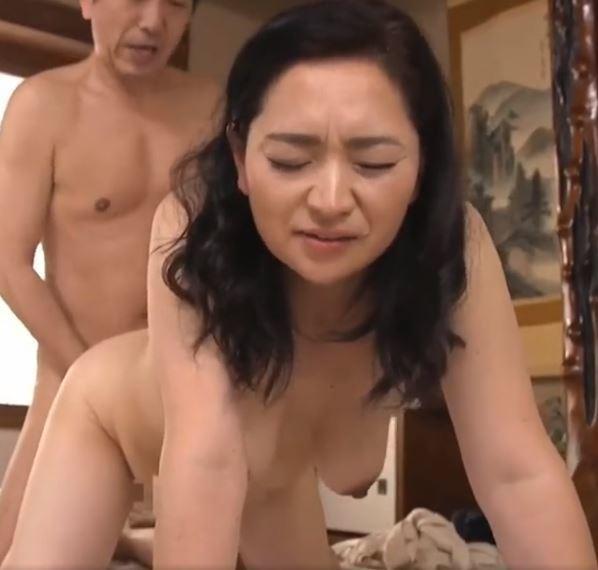 【人妻動画】《50代の膣内蜜》熟母がムスコに恥ずかしい姿を覗かれた結末・・・