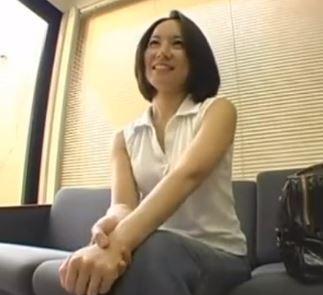 【人妻動画】《奥さま企画》突然のカチカチ生棒に戸惑うが徐々にエッチ☆に変貌する