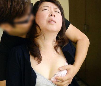 【人妻動画】《50代》欲求不満の母が酔ってムスコを逆よばいする生々しい様子