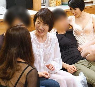 【人妻動画】《痴ジョおばさん》男を食い散らかしていく時にはコンビネーションプレー
