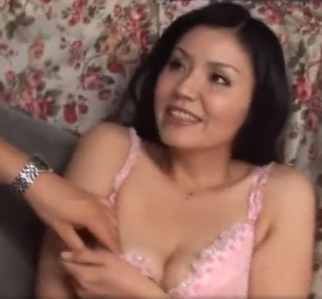 【人妻動画】《奥さまキャッチ》エレガントな美貌のヨメさんが大胆に乱れる・・・・