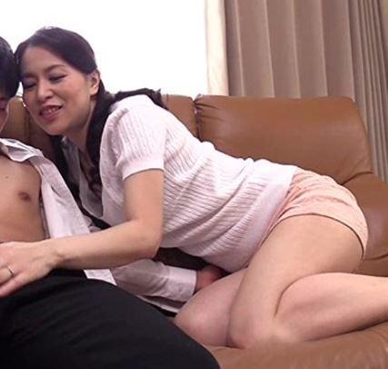 (ヒトヅマムービー)《40代》女盛りの身体を持て余していたら逞しく成長したムスコにむらむらしちゃうヒトヅマさん