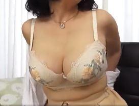 【人妻動画】《50代の挑発》完熟した肉体と色気で青年を誘い込む淫らな熟妻さん