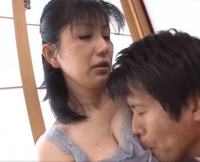 【人妻動画】50代の柔肌…本当はずっと母のことを思い続けていた背徳SEX