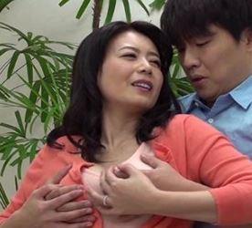 (ヒトヅマムービー)(ヒトヅマの性欲)ヤングチンチンを味わいたくて大人の魅力でNTRする淫らな義理の母…