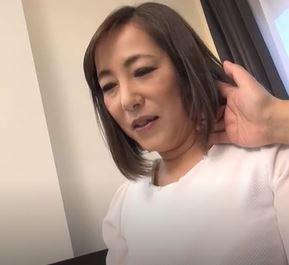 【人妻動画】《人妻キャッチ》ムチムチ柔肌で美巨乳おばさんがエッチ☆に喘ぐ姿がえろすぎ