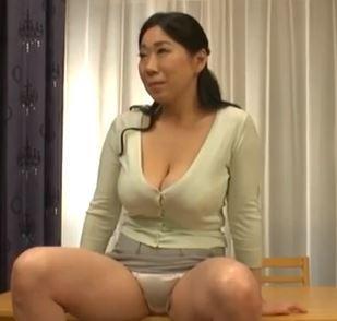 【人妻動画】(熟母の挑発)40後半でも50代もくぜんでも性欲ギンギンのロケット乳人妻の凄まじいえろス