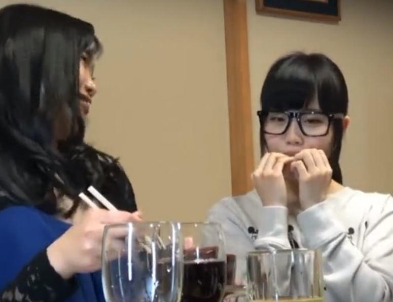 (ヒトヅマムービー)やりまん系とガードの固い地味子2人組☆あれ?地味子ちゃん?もしかしてカワイいよね?