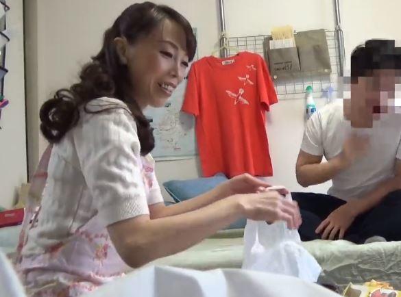 【人妻動画】デリバリーエプロン女の奥さんをタメ元で誘ったら簡単にヤラせてくれたwww