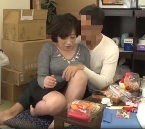 (ヒトヅマムービー)(NTRおばちゃん)むっちむっち白肌にむらむらした若者に性処理の玩具にされた…