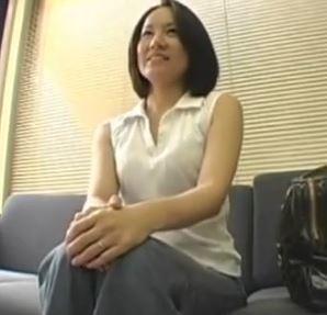 【人妻動画】(せんずり)経験が豊かなヒトヅマさんにカチカチ棒を見せたら本能で身体が動き出す