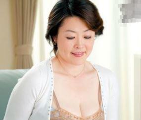 (ヒトヅマムービー)(完熟お母ちゃん)溺愛しているJrの熟れた柔肌でキモチ良さを教え込む…