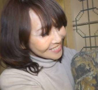 【人妻動画】《おば様キャッチ》驚きの還暦オバサンが若チンを膣内で銜え込む…