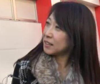 【人妻動画】《ヒトヅマキャッチ》スーパーの前でシロウト主婦を口八丁で騙してロケ車でエッチ☆な行為をする