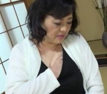 (ヒトヅマムービー)《淫欲おばちゃん》あぁ男根が欲しいわ・・使い込んだ膣内内から愛液が・・