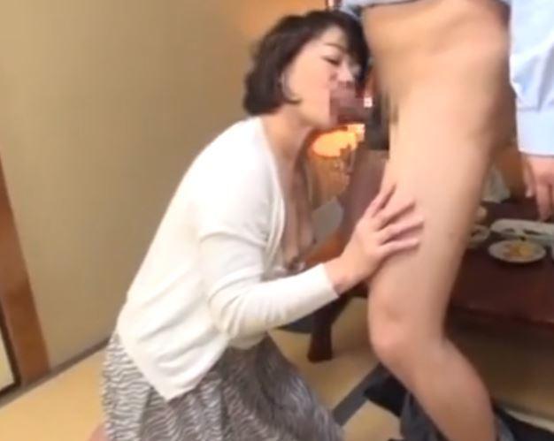 【人妻動画】《ネトられ人妻》酔いつぶれたダンナのすぐ横で他人棒に乱れる