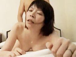 【ヘンリー塚本】昼間から淫らな情交に溺れる熟女