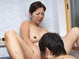 【五十路】若い男の性欲を利用して性交渉に導く淫乱熟女 筒美かえで
