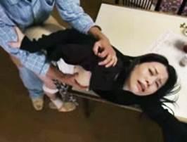 【ヘンリー塚本】亭主の連れ子に肉棒をねじ込まれる継母 井上綾子
