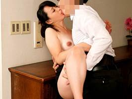 【五十路】主人の部下と不貞行為に走る美麗主婦 安野由美