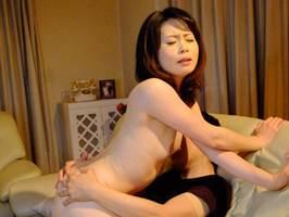【四十路】ママ友の息子を誘惑するセクシー美魔女 三井茜