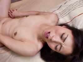 【五十路】若人のガチガチフル勃起にイカされなくるオバちゃん 岡田智恵子
