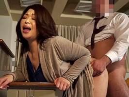 加山なつこ〈ヘンリー塚本〉豊満女教師が教室で背徳交尾に堕ちる!