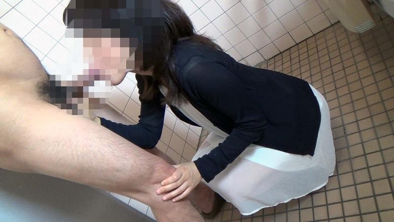 【個人撮影】【個人撮影】30代の普通の人妻が旦那と買物中にご主人様に呼び出されて公衆トイレでハメ撮り