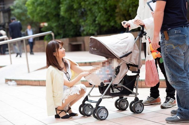 【出産後の人妻】男女2人のリサーチャーが夫婦へのアンケートと称して車内に入れ、夫婦交換してスワッピング