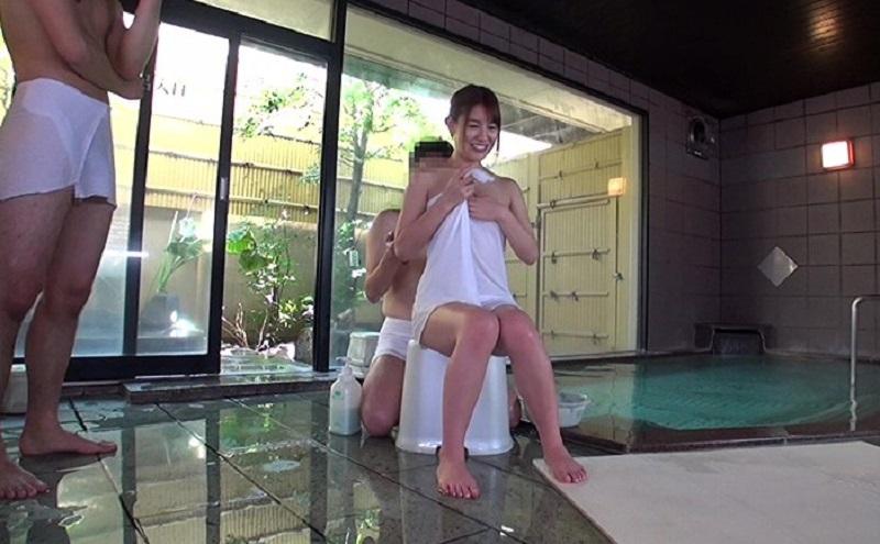 【温泉モニタリング】最高賞金100万円の為に夫婦で男湯に入って一般男性客3人と種付け中出しセックス【本田莉子】
