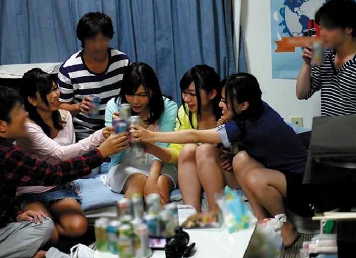 大学生達はこんなサークル飲み会が日常茶飯事なのか!?普段のヤリサー動画がネットに流出!