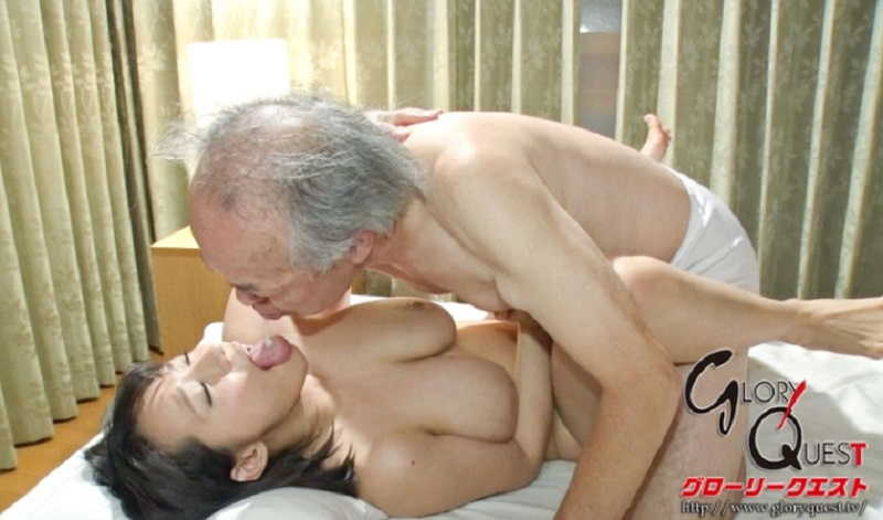 介護老人の義父に寝取られ完堕ちしてる人妻が義父に夜這いされ淫語連発しながらベロチューからのクッソエロい中出しセックス