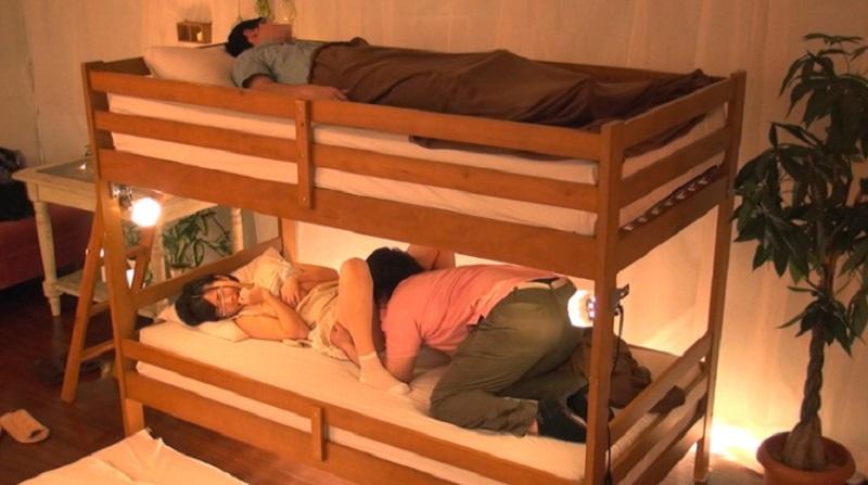 二段ベッドの上で寝てる彼氏を起こさず彼友と彼女には下で賞金かかった「彼氏にバレず中出しセックス」に挑戦してもらったw