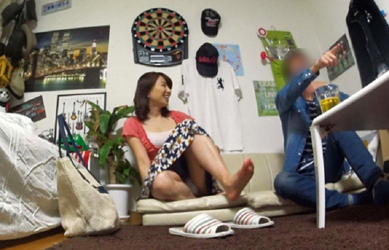 【人妻 熟女 浮気】年下イケメンにナンパされ盗撮されてるとも知らず男の自宅に来て妊娠覚悟の種付け中出しSEXに酔いしれる