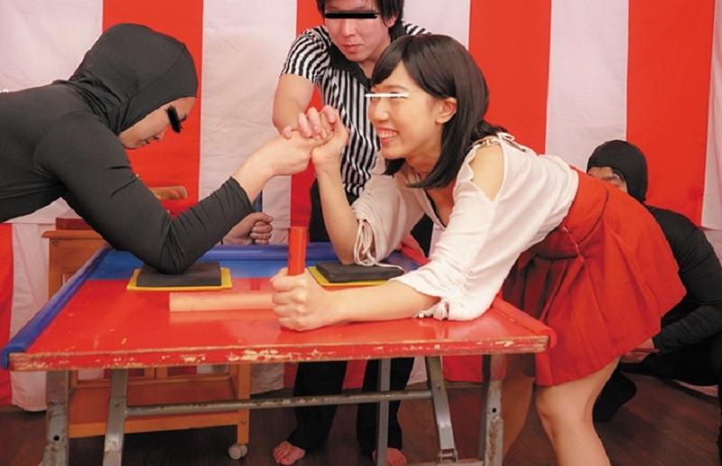 【くすぐりガマン ガチバトル】素人の一般女性にくすぐりに耐えながら腕相撲してもらい負ければ即ハメSEX!!