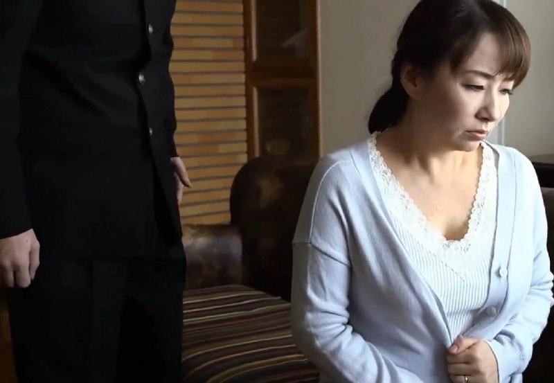 セックスレスの母のオナニーを見てしまった息子が発情し母を犯すも身体の相性バッチリで和姦【よしい美希】