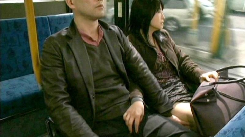 【ヘンリー塚本】痴姦男2人 VS 痴女 43才の人妻がするバス車内痴女行為