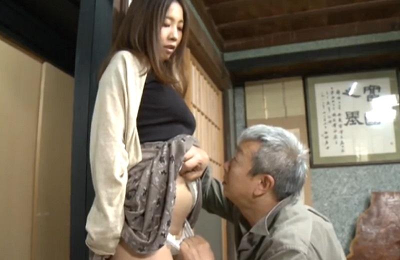 【ヘンリー塚本】娘と結婚前からデキてた親父が、夫婦で里帰りし夫の目を盗んで親父と近親相姦SEXする娘