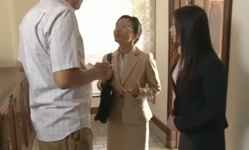 【中年男が夢を叶えるセックス】訪問販売に来た女性2人の先輩後輩コンビが契約をとるためにとった行動とは・・・